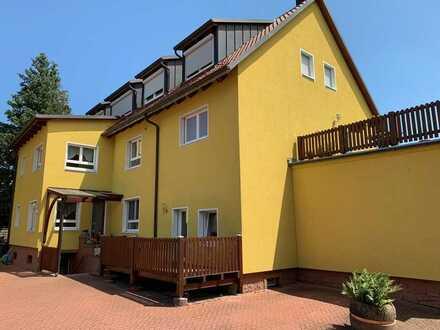 Gepflegte DG-Wohnung mit dreieinhalb Zimmern und Einbauküche in Gemünden am Main