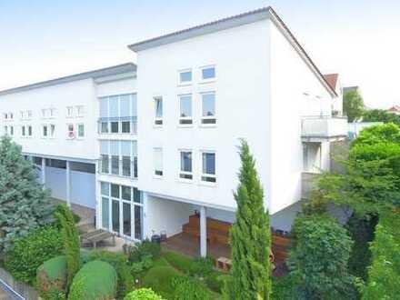 Lichtdurchflutetes Architektenhaus + 122 m² lukrativ vermietete Praxisräume + 84 m² Ausbaureserve