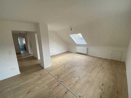 Erstbezug nach Renovierung - DG Wohnung mit großzügigem offenen Wohn-/Esszimmer