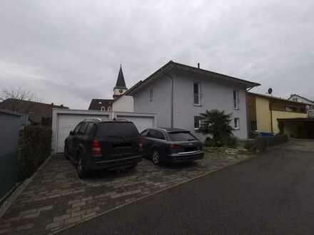 Freistehendes Einfamilienhaus mit zwei Garagen und Gartenanteil