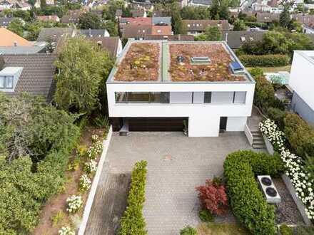 Modernes Haus im Bauhausstil mit Garten in exklusiver, unverbauter Südhanglage