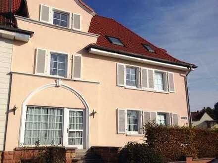 Uninah, sehr schöne 4-Zimmer-Wohnung, Küche, Bad in Homburg: