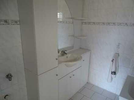 Exklusive, geräumige und vollständig renovierte 2-Zimmer-Wohnung mit Balkon und EBK in Karben