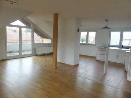 Großzügige 2 Zimmer Dachgeschosswohnung! Mit Einbauküche und Aussenstellplatz- 86 m² zum Wohlfühl