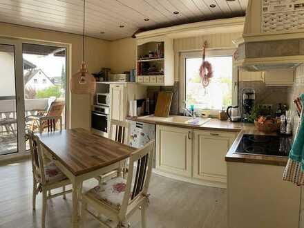 Neuwertige 5-Zimmer-Wohnung mit Balkon und Einbauküche in Bad