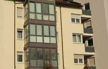Top gepflegte 3,5 Zimmer Wohnung mit einer EBK, Wintergarten, 2 Bäder sowie TG-Platz in Sindelfingen