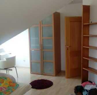 Biete schönes Teilmöbiliertes Zimmer in 3er Wg sehr schöne Lange.
