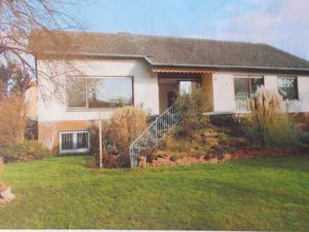 Freistehendes Einfamilienhaus mit großem Garten und Garage