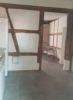 Neuwertige 3-Zimmer-Erdgeschosswohnung mit Einbauküche im Zentrum von Hallstadt
