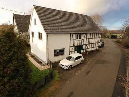 Nümbrecht-Langenbach: Teilsaniertes, gemütliches Fachwerkhaus mit Scheunenteil und Gartengrundstück.
