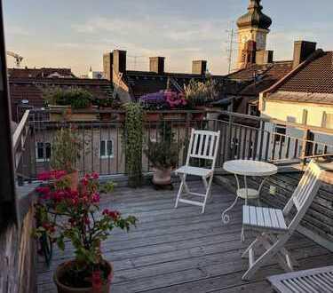 Individuell gestaltete Architektenwohnung im Altbau mit Galerie und Blick über Münchens Dächer!