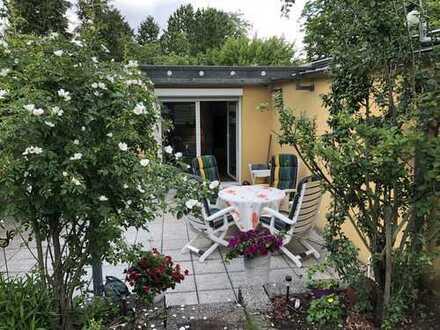 Bungalow mit Drei Zimmer , Terrasse mit parkähnlichem Garten