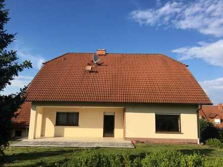 Neuwertige Terrassenwohnung mit fünf Zimmern sowie Balkon und Einbauküche in Oberthulba-Hetzlos