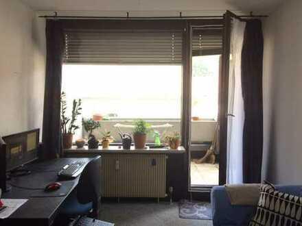 Ein großes Zimmer (19m2), teilmobiliert(Bett, Schrank, Sofa) ab sofort frei in einer gemütlichen 3er