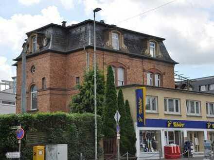 Sehr zentral gelegene Wohnung mit hohen Räumen saniert und renoviert.