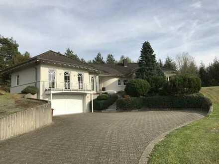 Einfamilienhaus in ruhiger Lage, mit großem Anwesen und Gewerbehalle