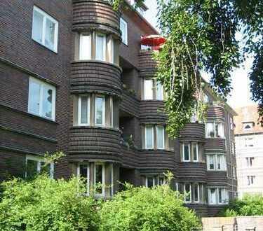 Stilvolle und großzügige drei Zimmer Altbauwohnung mit Runderker, Balkon und Loggia.