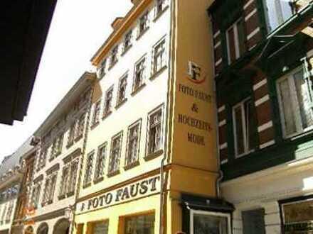 Höll-Immobilien vermietet ruhige Zweiraumwohnung mit Einbauküche direkt am Markt.