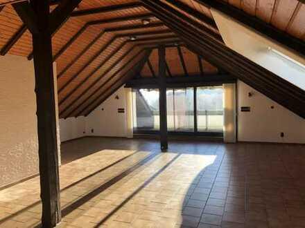 Geräumige, offen gestaltete 3-Zimmer-Dachgeschosswohnung mit Balkon und EBK