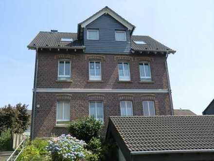 In bester Lage - Hochwertige großzügige 3-Raumwohnung in kleinem 3 Familienhaus