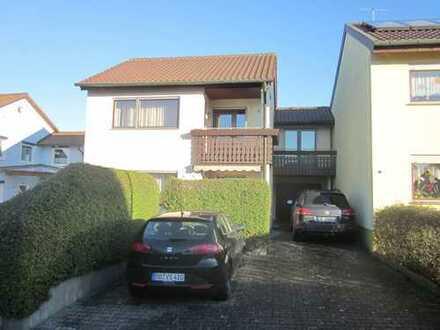 Reiheneckhaus, Teilrenoviert, 5-Zimmer-Wohnung mit Balkon und EBK in Rutesheim