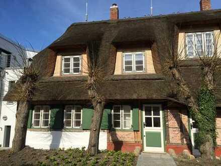 Doppelhaushälfte in historischer Reetdachkate