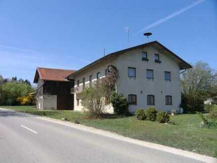 Ehemalige Landwirtschaft, Gasthaus/Wohnhaus mit Nebenflächen, Stall, Garagen in Palling zu verkaufen