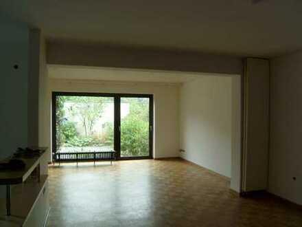 Großzügig geschnittene 4,5 Zimmer Wohnung über 2 Etagen in Duisburg