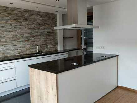 Erstbezug nach Sanierung: Tolle 3-Zimmer-Wohnung mit EBK, Luxus-Bad, Kaminofen, Balkon, Keller