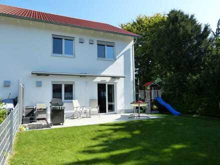 Neuwertige Doppelhaushälfte mit Garten und Garage in ruhiger Lage