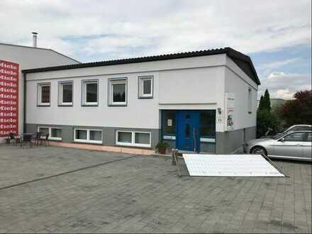 Frequentierte Lage im Gewerbegebiet: Helle Büro-/Praxisräume mit guten Parkmöglichkeiten, Nfl. 110m²