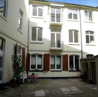 Möbiliert: Stilvolle, helle und ruhige 1,5 Zimmer-Loft-Wohnung mit Balkon und EBK in Düsseldorf