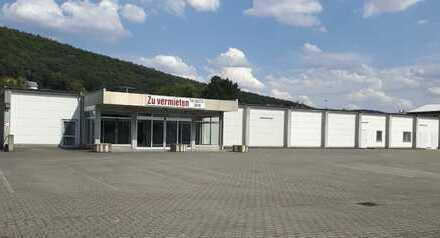 Große Gewerbehalle mit 1249 m², Parkplätzen und Anlieferungsrampe