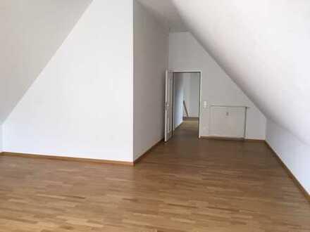 SOFORT EINZIEHEN, hochwertige Dachgeschosswohnung mit Süd- Balkon, Einbauküche und TG Stellplatz