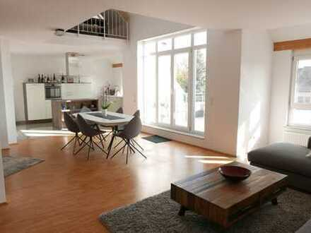 Im 2-FH ganz oben - Klasse Galerie-Maisonette mit 2 Dachterrassen, EBK und Garage!