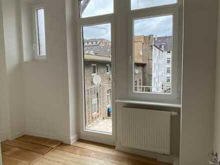 Charmante, komplett sanierte Etagenwohnung mit Balkon in renoviertem Altbau!