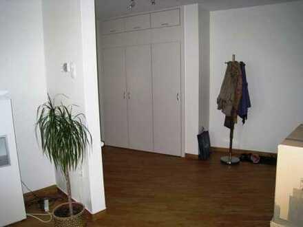 CITY-FUSSGÄNGERZONE: großzügige helle renov. Altbauwohnung für 1 - 2 Personen,Balkon, einger. Küche
