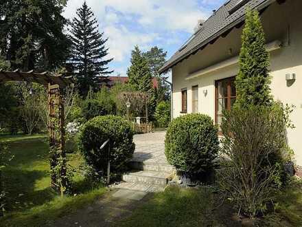 PROVISIONDFREI /SOFORTBEZUG / Exklusive Wohnlage / großes Grundstück / 2 Carports