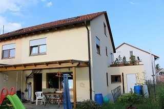 Moderne Doppelhaushälfte mit Garage und Garten