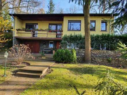 Großzügiges Haus mit 285 qm Fläche für Wohnen und Arbeiten auf 2 Ebenen auf schönem Hanggrundstück