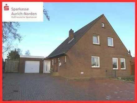 Modernisiertes Wohnhaus in Ortsrandlage in der Gemeinde Hage - Blick über Wiesen & Felder