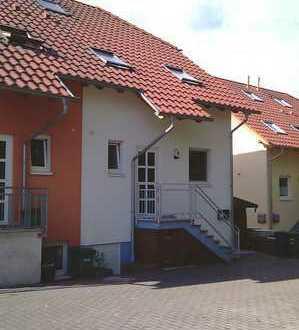 Helles Doppelhaus mit ELW in Hailer