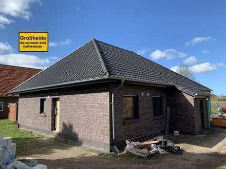 Ebenerdige Neubau-Doppelhaushälfte in zentraler und ruhiger Lage von Großheide!
