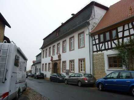 Herrschaftliches Wohnhaus mit Nebengebäude