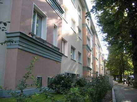 Bild_Wannenbad mit Fenster, abgezogene Holzdielen, große Küche, ruhig in Steglitz