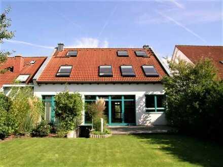 Frankfurt-Süd, modernes Architektenhaus mit großem Garten, Garage, EBK und Sauna.