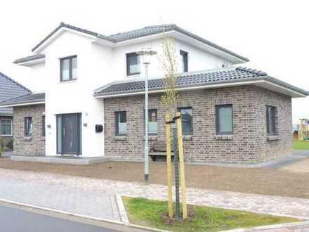 Neuwertige EG-Wohnung mit drei Zimmern sowie Terrasse, Garten und Einbauküche in Büsum