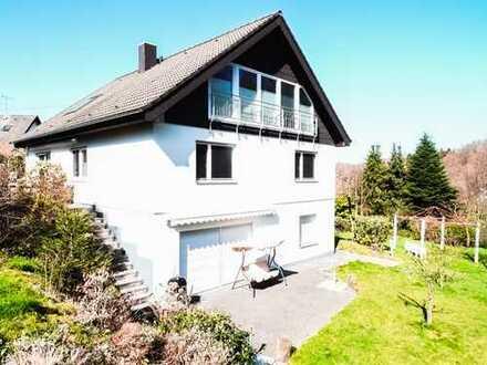 Großzügiges Einfamilienhaus mit Einliegerwohnung, 2 Garagen & großem Grundstück