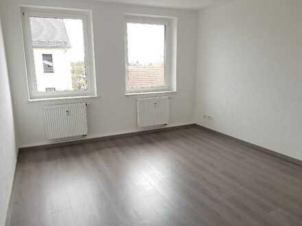 Schick renovierte 3-Raumwohn. mit klassischer Raumaufteil. + gr. Balkon + neues Laminat + EBK-Option