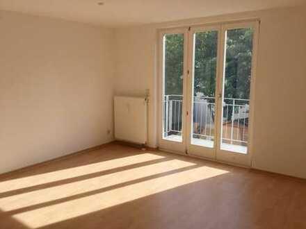 Lichtdurchflutete 2-Raum-Wohnung mit Balkon und Küche mit Fenster